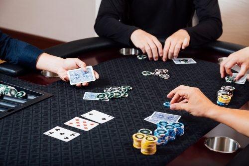 ポーカーを楽しむ人達
