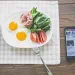 ニュースを見ながら朝食を食べる